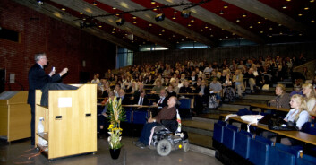 """""""Foran et fullsatt auditorium fortalte Frans de Waal om dyrenes medfølese og sosiale evner. (Foto: HanneJakobsen)"""""""