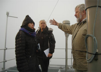 Hustrig ekspedisjon: Harald Willoch ved NILU (til høyre) viser instrumenter på taket av observatoriet. Liv Schanche fra NIVA og stasjonsholder Olav Lien følger med.