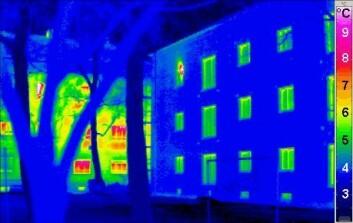 Den mørke fargen på termogrammet, et bilde tatt med et varmefølsomt kamera, av passivhus (til høyre) viser hvor lite varme som unnslipper sammenlignet med en tradisjonell bygning (til venstre). (Foto: Wikimedia Commons)