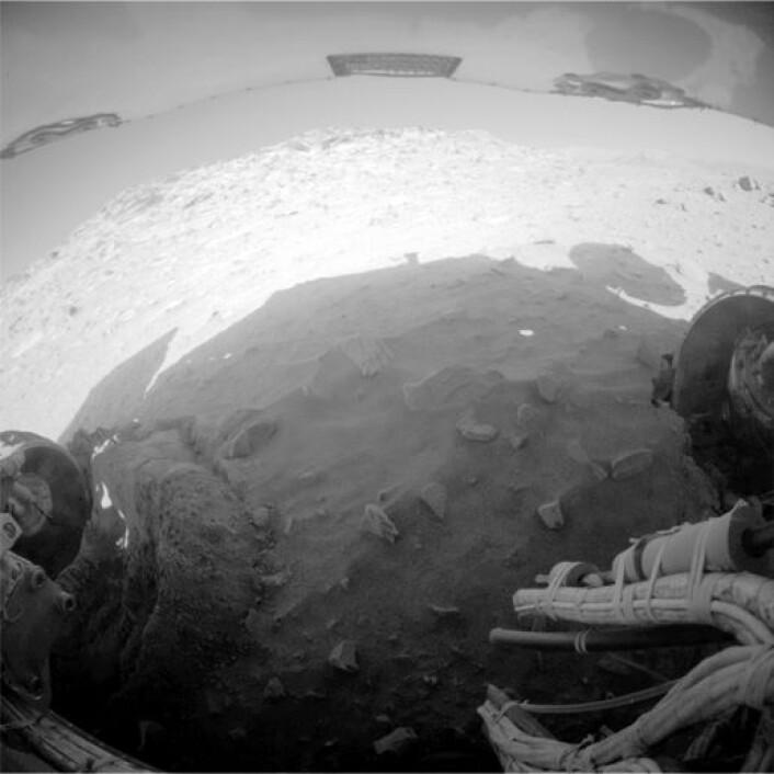 Så langt rakk Spirit å komme før den parkerte for vinteren 8. februar 2010. Dersom den overlever de kalde månedene, vil den fortsette forsøket på å komme seg opp av sandgropa den sitter fast i. (Foto: Image Credit: NASA/JPL-Caltech)