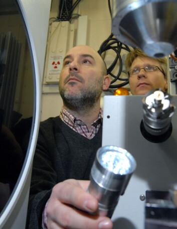 IFE-Forskerne Stefano Deledda (t.v.) og Magnus Sørby fra Institutt for energiteknikk har hatt mange opphold ved den sveitsisk-norske strålelinja. (Foto: Atle Abelsen)