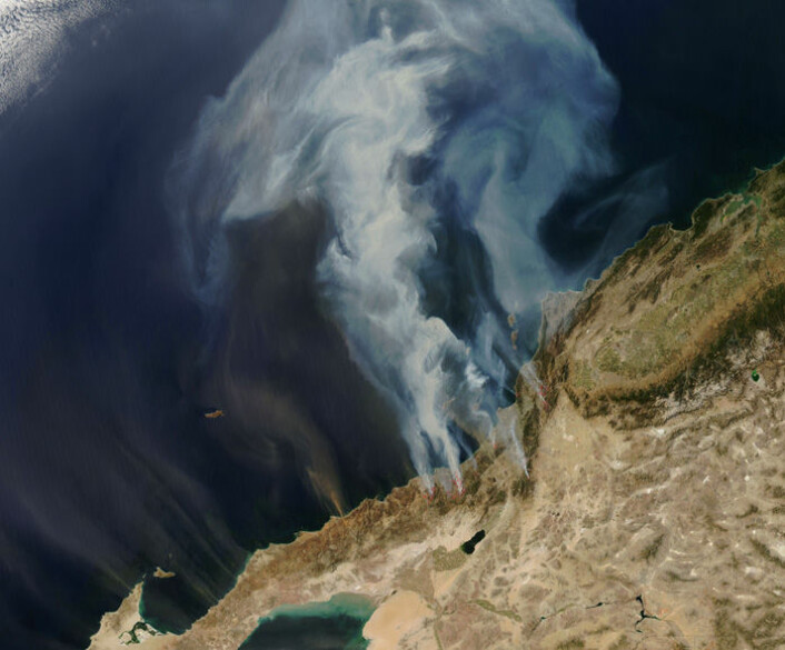 Satellittbildet viser enorme røykskyer som sprer seg fra brannene som raste i California i to uker i oktober 2007. De røde flekkene viser aktive branner. Ifølge California Department of Forestry and Fire Protection svidde flammene av over 2000 kvadratkilometer. (Foto: MODIS Rapid Response Project at NASA/GSFC)