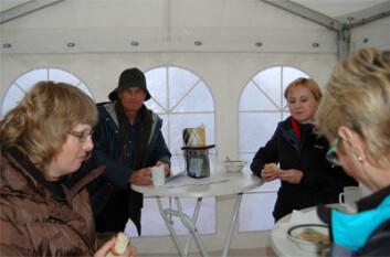 Varm suppe gjorde godt. Fra venstre forskningskoordinator Linn Bryhn-Jacobsen fra SFT,  ordfører i Birkenes Harald Vestøl, direktør i NILU Kari Nygaard og avdelingsdirektør Marit Kjeldby i SFT.