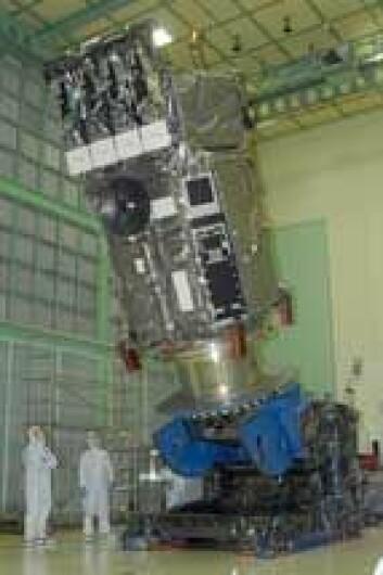 SDO gjøres klar før den plasseres i bæreraketten. (Foto: NASA)