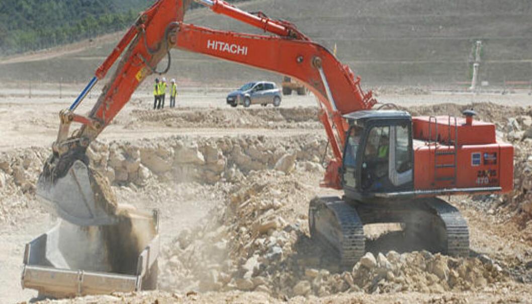 Gravearbeider ved byggestart av reaktorbygningen til ITER, september 2010. (Foto: Fusion For Energy)