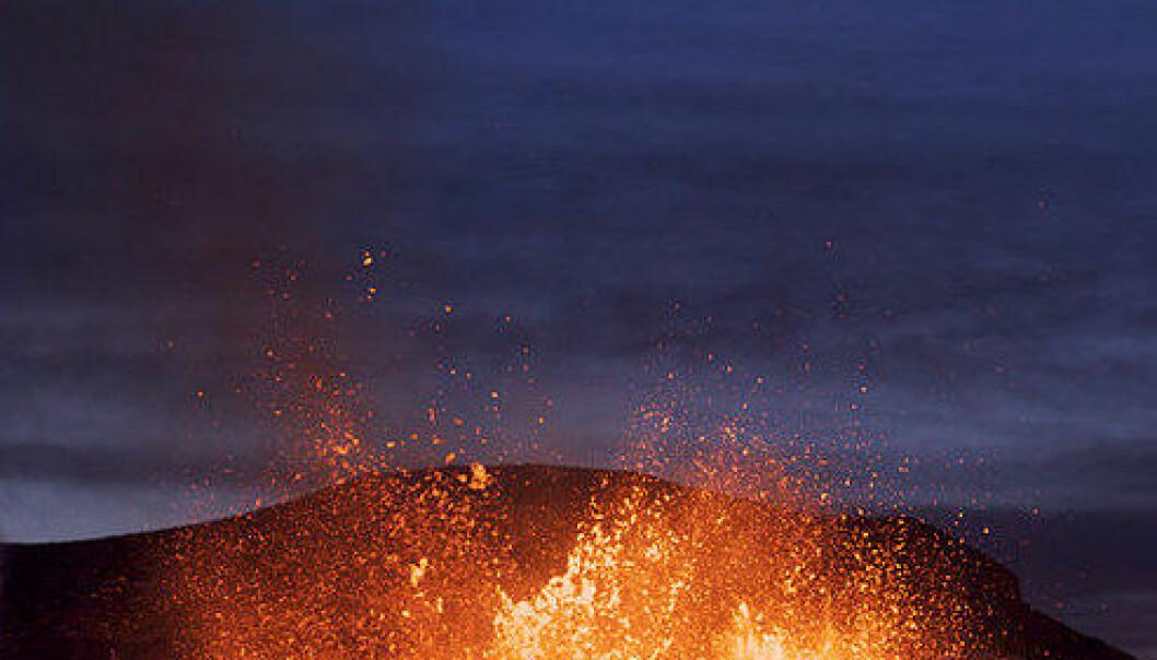 Utbruddet ved Eyjafjallajökull. Bildet er tatt 27 mars 2010. (Foto: Boaworm/Wikimedia Commons se lisens her)