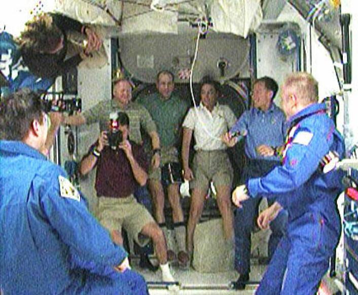 Mannskapet på romferga STS 126 ved ankomst til den internasjonale romstasjonen. (Foto: NASA)