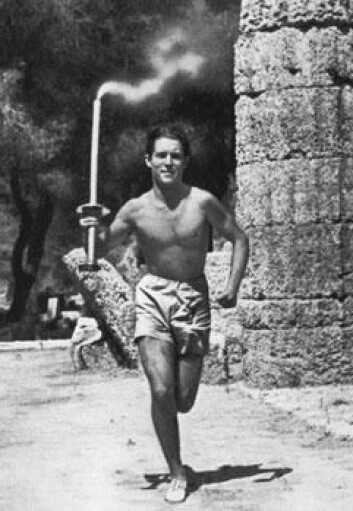 """""""Her er Konstandinos Kondylis, den aller første fakkelbærer, på vei fra Olympia i 1936. Foto: HOC"""""""