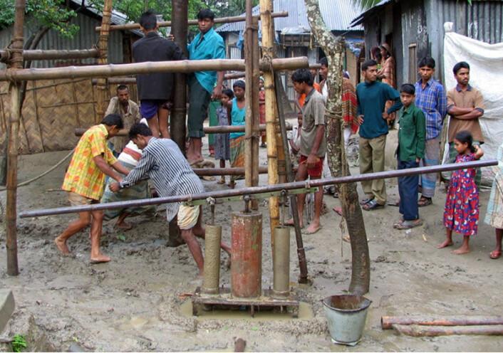 Arsen i drikkevannet truer millioner av mennesker i Asia. Bildet viser boring av en ny brønn som skal gi rent drikkevann på landsbygda i Bangladesh. (Foto: Lex van Geen/Lamont-Doherty Earth Observatory, Columbia University)
