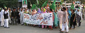 Kvinner i demonstrasjon mot tidligere president Musharraf. (Foto: David Hansen)