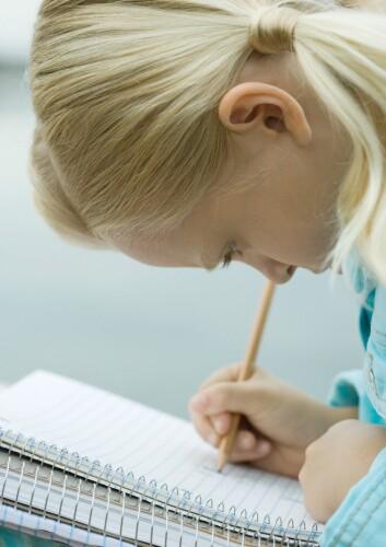 """""""Den australske studien antyder at jenter ikke har like mye utbytte av morsmelk som gutter når det gjelder skoleferdigheter i tiårsalderen. Likevel får jenter i denne alderen bedre karakterer. (Illustrasjonsfoto: www.colourbox.com)"""""""