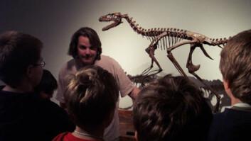 """""""Jørn Hurum forklarer barna hvordan de skal unngå å bli spist av glefsende Dromaeosauruser når de er ute og går om kveldene. (Foto: Kristin Grønli)"""""""