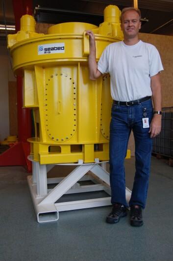 Lars Raunholt, daglig leder foran prototypen av den fullautomatiserte rørtangen. Det er den aller første komponentenboreprosessen.