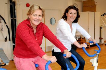 Elisabet Hellem(t.v) og Kari Anette Bruusgaard har satt seg på ergometersykkelen, og håper KOLS-pasienter finner fram til den mosjonsformen som passer for dem.