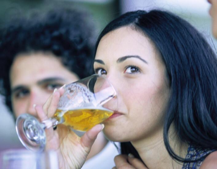 """""""Øltørsten øker i takt med musikkvolumet, viser den nye studien. Forskerne er usikre på årsaken, men ber uansett bareierne dempe seg, for å begrense alkoholkonsumet på utesteder. (Foto: www.colourbox.no)"""""""
