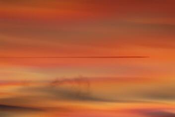 """""""Bildet viser perlemorskyer over Østlandet i Norge. Perlemorskyer dannes i stratosfæren 20-25 km over bakken. Fargene skyldes såkalt diffraksjon rundt ispartiklene, som disse skyene består av. Dette er den såkalte korona-effekten. (Foto: Geir Braathen, Verdens Meteorologi-organisasjon)"""""""