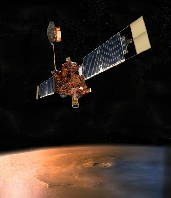 """""""Mars Reconnaissance Orbiter (MRO) er en av tre sonder som går i bane rundt Mars. Den ser etter spor etter vannmasser og samler data om klimaet på planeten. Illustrasjon: NASA/JPL"""""""