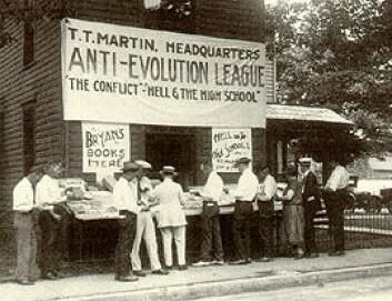 """""""Anti-evolusjonister på gata i Dayton, Tennessee."""""""