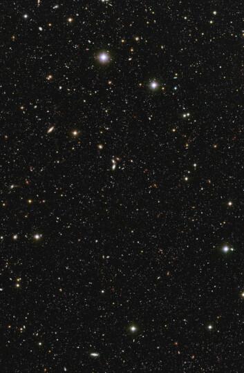 """""""Hver av de små prikkene på bildet utgjør en galakse, med milliarder av stjerner. Galaksene skal være de mest fjerntliggende som noensinne er tatt fra jorden ved hjelp av UV-stråling. Se bildet i større format i bunnen av artikkelen. (Foto: ESO/ Mario Nonino, Piero Rosati and the ESO GOODS Team)"""""""