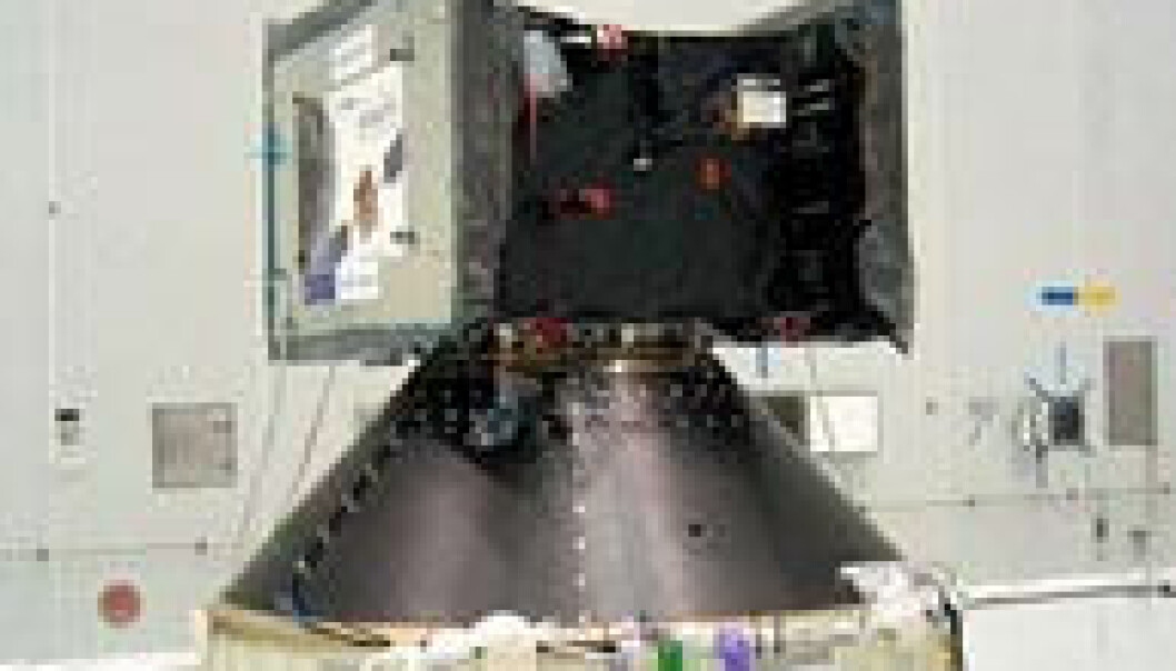 """""""SMART-1 er på størrelse med en vaskemaskin og veier 367 kilo. I tillegg til det du ser her kommer solpanelene med vingespenn på 14 meter. (Foto: ESA)"""""""