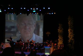 Sten Grillner ses her på en av tre storskjermer i konserthuset under presentasjonen, like før han mottar Kavliprisen i nevrovitenskap. Den svenske forskeren delte prisen med Pasko Rakic og Thomas Jessel. (Foto: Andreas R. Graven)