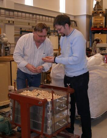 Trond Karlsen og Kai Toven ved PFI i ferd med å klargjøre flis før et forbehandlingsforsøk. Målet er å finne gode metoder for dieselproduksjon fra ligninet i flisen. (Foto: PFI)