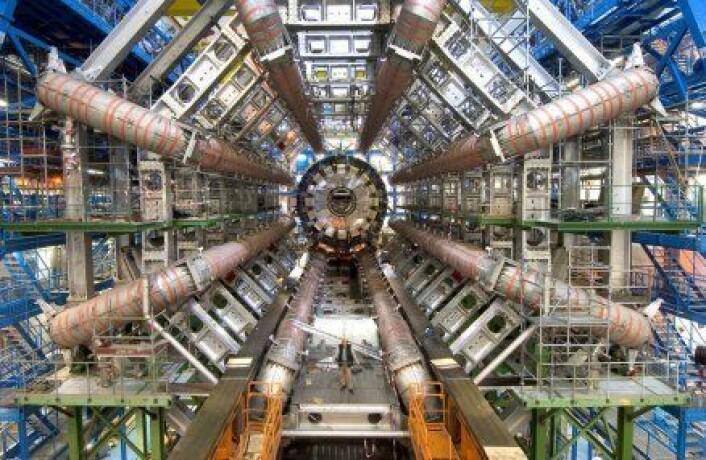 """""""Dette bildet er tatt under byggingen av ATLAS-detektoren, som er en av installasjonene langs partikkelakseleratoren LHC. Legg merke til mannen som står nederst. (Foto: Cern)"""""""