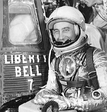 """Astronauten Virgil """"Gus"""" Grissom ved siden av romkapselen Liberty Bell i 1961."""