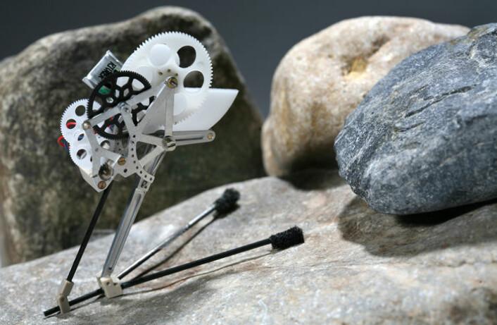 """""""Den lille roboten veier baresju gram, men kan hoppe 27 ganger sin egen lengde.(Foto: Alain Herzog, EPFL)"""""""