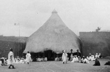 """""""Inngangen til palasset i Ngaoundere. Bildet tatt i 1948. Fra Archives Nationales de France, Centre des archives d'outre-mer."""""""