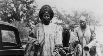 """""""Laamiido Baba Djelani omgitt av betrodde slaver. Bilde tatt på 1950-tallet. (Foto: Det Norske Misjonsselskapets arkiv, Stavanger.)"""""""