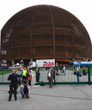 """""""Bildet er tatt ved Globen ved CERN onsdag morgen. Globen brukes som mediasenter for de rundt 300 journalistene og fotografene som dekker verdensbegivenheten. (Foto: Espen Eggen)"""""""