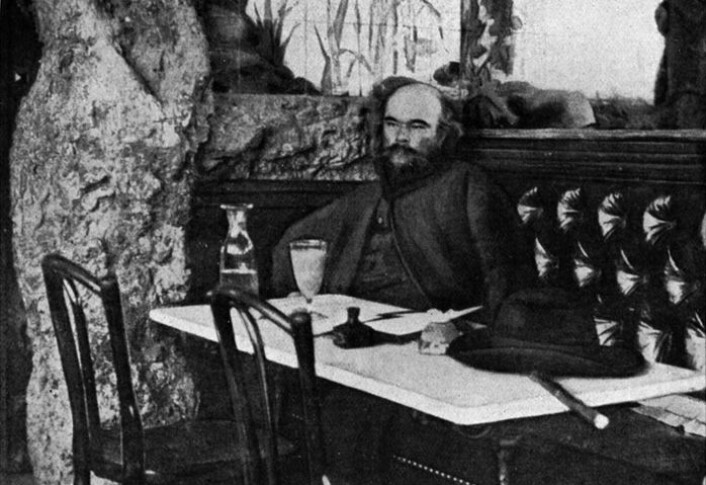 """""""Den franske poeten Paul-Marie Verlaine (1844-1896) nyter absinten sin på kafe."""""""