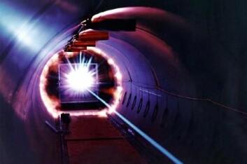 Et objekt treffer et romfartøy med samme hastighet som den romsøppel har. Bildet er fra en simulasjon utført av NASA.