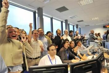 """""""Forskerne ved CERN kunne juble over en svært vellykket oppstart av verdens kraftigste partikkelakselerator. På den offisielle åpningsdagen klarte de å sende partikler gjennom hele den 27 kilometer lange partikkelbanene, og i begge retninger. (Foto: CERN)"""""""