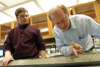 Professor Haflidi Haflidason (t.h.) og stipendiat Jo Brendryen studerer kjernene som forteller om Norges forhistorie. (Foto: Reidar Müller)