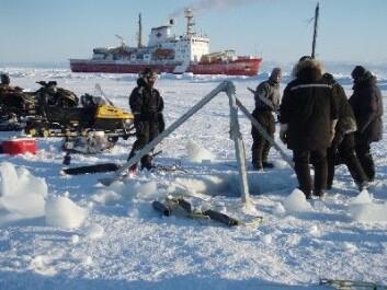 """""""Fangst av dyreplankton på isen med """"CCGS Amundsen"""". Planktonnettet hives ved bruk av en tripod. (Foto: Stig Falk Petersen/Norsk Polarinstitutt)"""