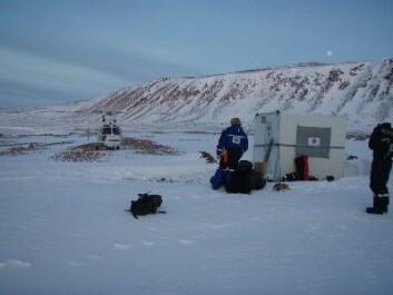 """""""Basen er etablert i Rijpfjorden og helikopteret setter kurs for Longyearbyen. (Foto: Stig Falk Petersen/Norsk Polarinstitutt)"""""""