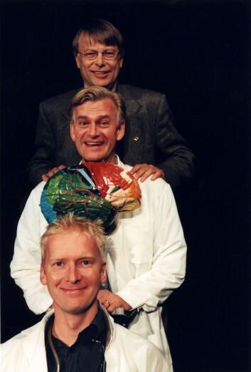 "Hjernen (nr to nedenfra) spiller hovedrollen i teateroppsetningen ""Ja, hjärna!"" sammen med skuespillerne Johan Paulsen (nederst) og Peder Falk samt hjerneforskeren Lars Olson. (Foto: Lesley Leslie-Spinks)"
