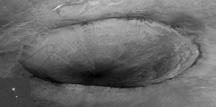 """""""Dette bildet viser Phoenix på vei ned påplaneten 25 mai, og er tatt av Mars-satellitten Mars Reconnaissance Orbiter. (Foto: NASA/JPL-Calech/University of Arizona)"""""""