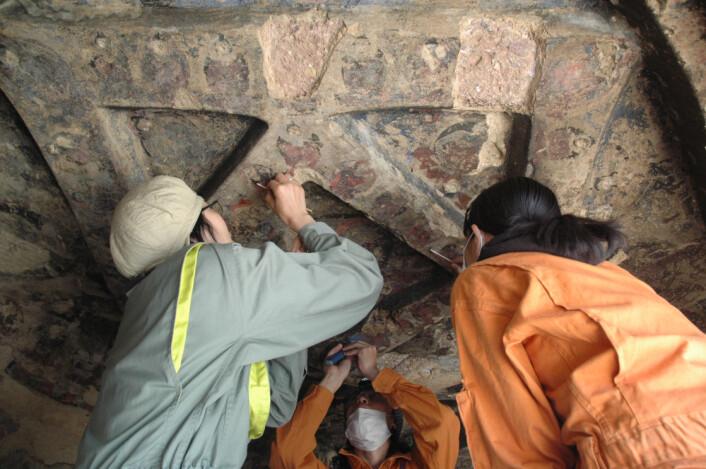 """""""Forskere tar prøver fra veggmaleriene i Bamiyan i Afghanistan. (Foto: National Research Institute for Cultural Properties, Tokyo, Japan)"""""""