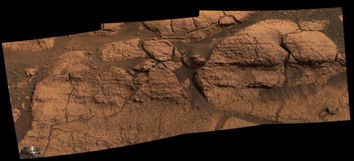 """""""Bildemosaikk satt sammen av bilder fra kameraet til roveren Opportunity på Mars. Området har fått navnet """"El Capitan"""". Bildet viser omtrent én meter av fjellet som stikker ut. (Foto:NASA/JPL/Cornell)"""""""