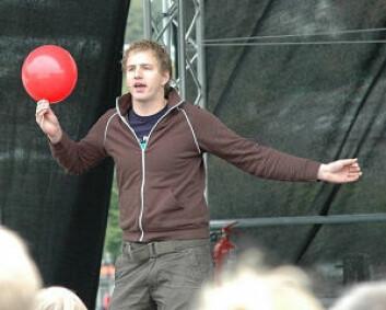 Newton-programleiar Per Olav Alvestad skapte stort engasjement då han viste ei rekke eksperiment frå scena. (Foto: Jørn Lavoll)