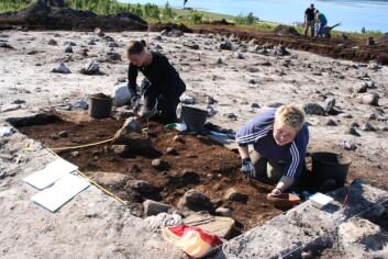 - Den perfekte sommerjobb, konkluderer masterstudentene i arkeologi, Bente Isaksen (t.v.) og Kari Janne Stenersen. (Foto: Thoralf Fagertun, UiT)