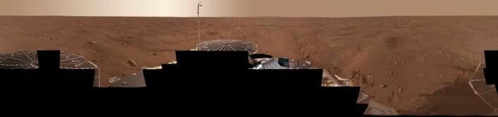 Denne utsikten kombinerer mer enn 400 bilder tatt i løpet av de første ukene etter at NASAs Phoenix Mars Lander først landet på en artkisk slette på Mars. (Foto: NASA/JPL-Caltech/University Arizona/Texas A&M University)