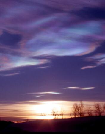 """""""Skyformasjoner i stratosfæren over den nordlige halvkule. Kjemiske reaksjoner i skylagene lar kloratomer binde seg til ozonmolekyler, som dermed ødelegges. Kunstig pumping av sulfater ut i atmosfæren vil akselerere denne ødeleggende prosessen, konkluderer studien. (Foto: Ross J. Salawitch)"""""""