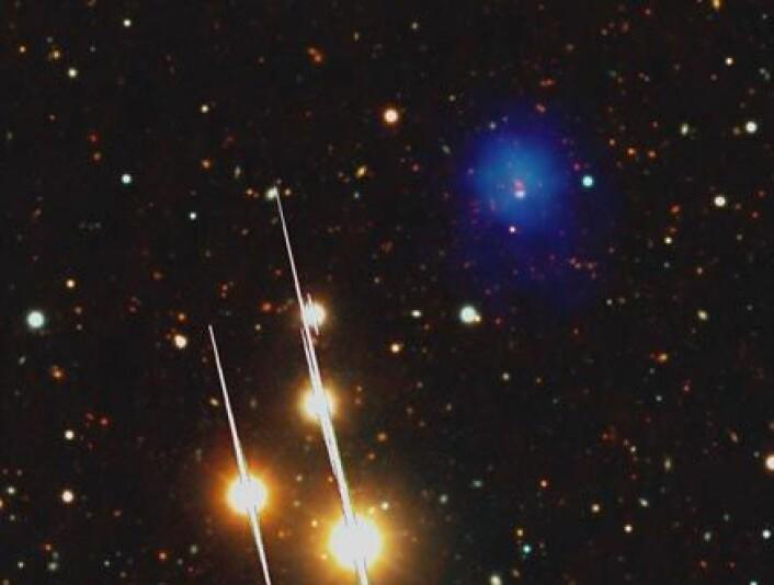 Dette er fotografiet som bekreftet forekomsten av monsterhopen. Røntgenstrålingen som avslørte giganten er den blå tåken til høyre på bildet. Galaksene befinner seg inne i denne.