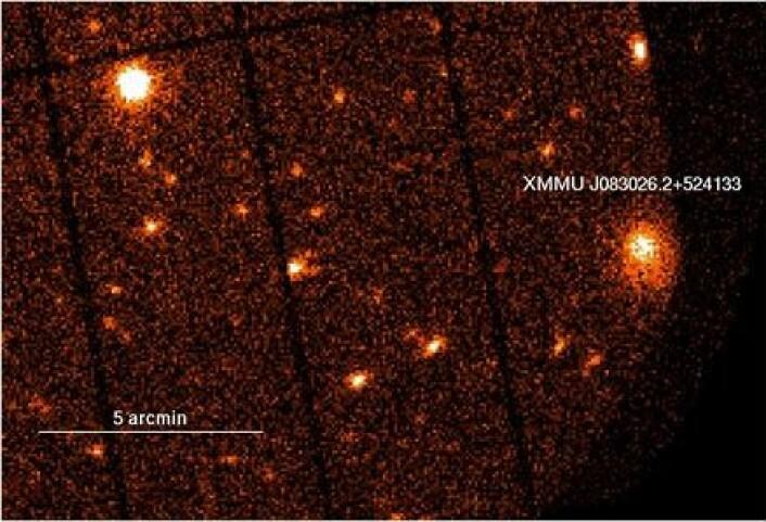 Bildet fra XMM-Newton hvor forskerne så monsterhopen 2XMM J083026 524133 for første gang. Røntgenteleskopets egentlige mål for undersøkelsen var galaksen øverst til venstre.