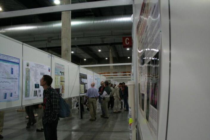 """""""På forskerkongresser blir mye ny forskning presentert på plakater. Det er nesten like prestisjefylt å ha en plakat, som å holde foredrag. Forskerne står ved sin plakat, og mange av konferansens vitenskapelige diskusjoner foregår her."""""""
