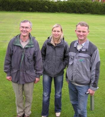 Forskerteamet på golfgras. F.v. Agnar Kvalbein, Tatsiana Espevig og Trygve S. Aamlid. (Foto: Erling Stubhaug)